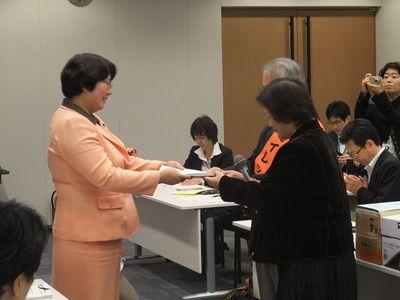 20101022救済制度署名提出4